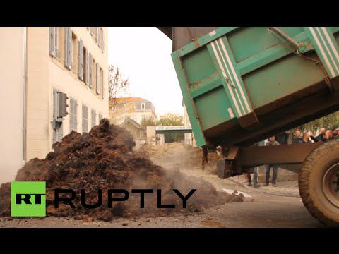 French farmers dump sh*t near administrative offices