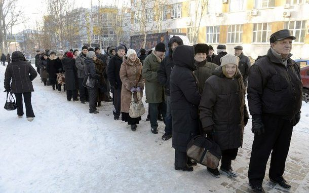 Hundreds in Donetsk forced to queue in the snow to wait for aid packages