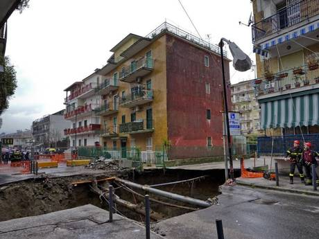 Giant Sinkhole Forces 380 People To Be Evacuated in Naples