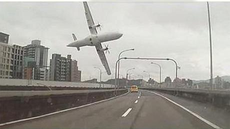 TransAsia plane crashes into Taiwan river (Video)