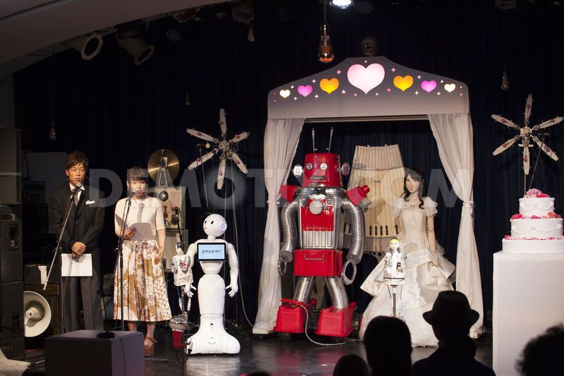 tokyo-first-robot-wedding-frois-and-android-yukirin