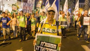 Israeli left-wing activists hold banners during a rally demanding fresh Israeli-Palestinian peace talks at the Rabin Square in the Israeli city of Tel Aviv on October 24, 2015. (© AFP)