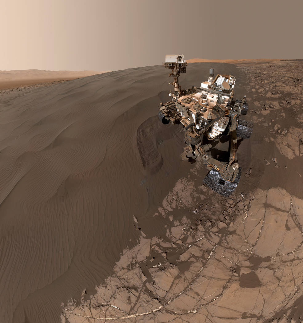 Can't wait to share science results from Namib Dune; but first, let me take a #selfie https://t.co/sv2bH6ghSg pic.twitter.com/03TmNosXHQ— Curiosity Rover (@MarsCuriosity) January 29, 2016
