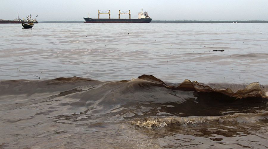 Crude oil washes up near the shore after a Shell pipeline leaked, in the Oloma community in Nigeria's delta region November 27, 2014. © Tife Owolabi / Reuters