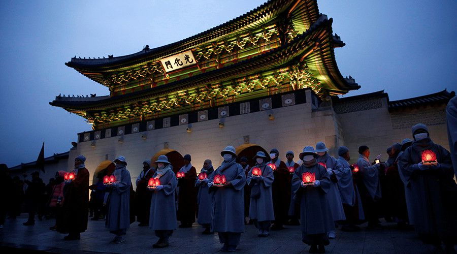 Buddhist monks and nuns hold lanterns at a protest calling for South Korean President Park Geun-hye to step down in Seoul © Kim Kyung-Hoon / Reuters