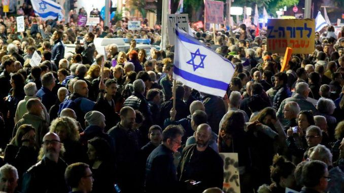 Hundreds of thousands of Israeli's rise up against Netanyahu