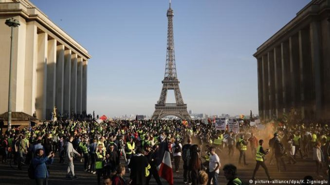 France: Thousands Of Yellow Vest Protesters Take To The Streets For 15th Week Running Yellow-vests-1-678x381