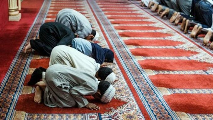 A Seattle-area school district is urging teachers to bless Muslim students in Arabic during Ramadan, allege a religious liberty group.